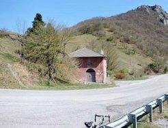 Colle-Scravaion-La-vecchia-Casa-Cantoniera-e-la-vetta-della-Rocca-Barbena