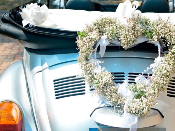 Maggiolone cabrio allestito per matrimonio, con ghirlanda